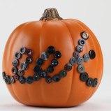 Halloweenská dýně s knoflíky - Foto: iLoveToCreate