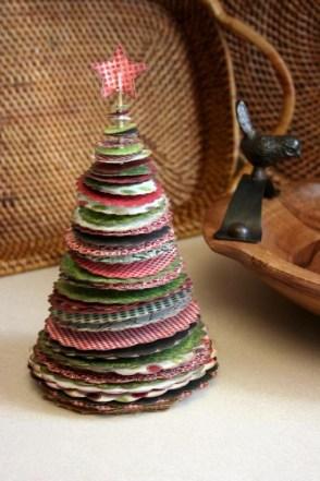 Vánoční stromeček z papírových koleček - Zdroj: Shelterness.com