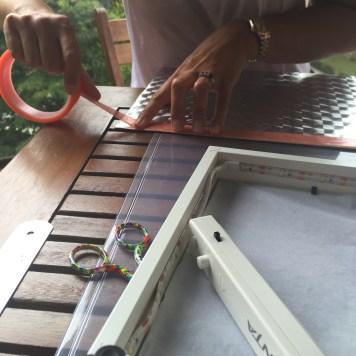 ponemos cinta de doble cara al rededor del marco
