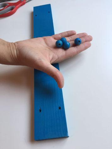 09-portafotos-de-madera-y-pinzas-bolas-de-madera-pintadas-con-la-pintura-en-spray