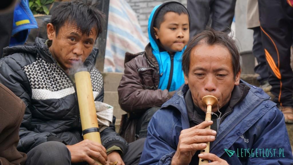 Mężczyźni palą tytoń i opium