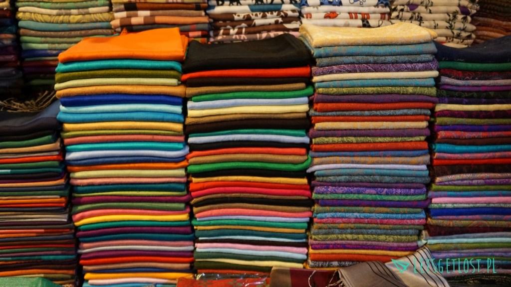 Kolorowe materiały w Siem Reap