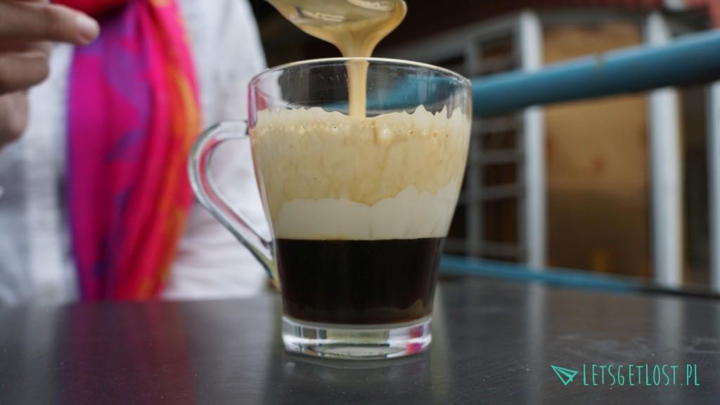 Kawa z ubitym z cukrem białkiem smakuje niebiańsko