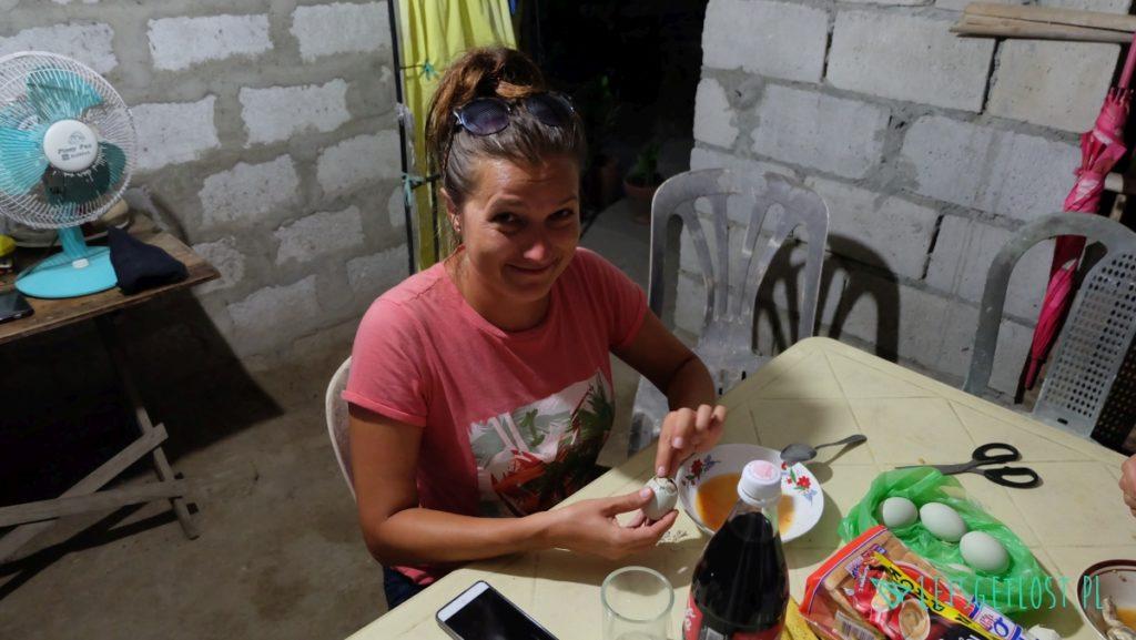 Jedzenie przysmaku Balut
