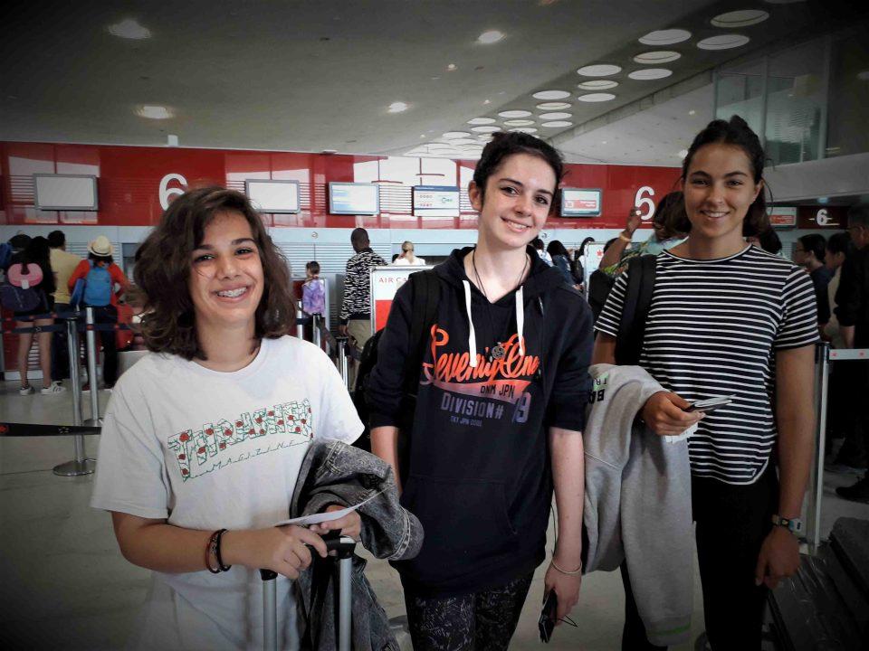 Premières jeunes à partir en immersion au Canada avec l'association Let's go. Photo à l'aéroport avant le départ.