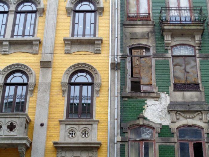 Le case di Porto, colorate e diroccate
