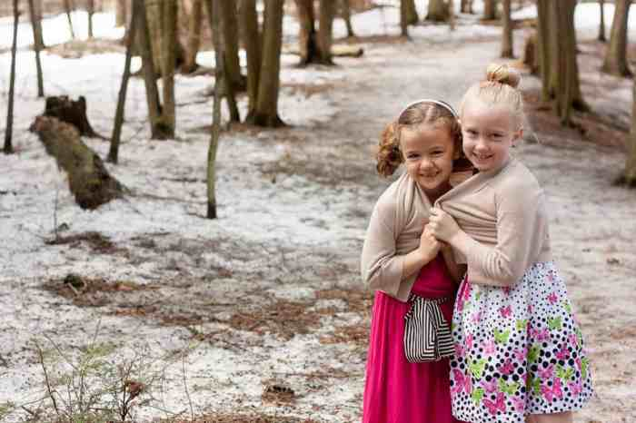 How to Take Holiday Card Photos: 7 Tips for Moms Behind the Camera #photography #kids #Christmas *Let your kids be goofballs to get that money shot