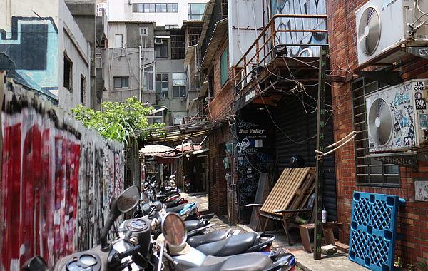 (圖片說明/美國街旁的小巷弄,是過去阿俊洗澡與蒐集回收物的地方。)