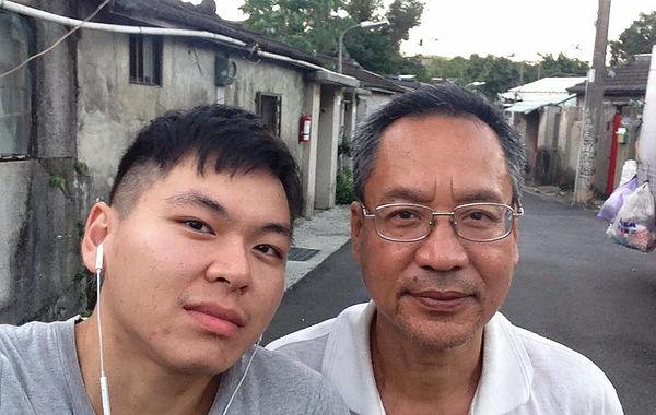 圖片說明/圖為郁良溎(左)與嘉禾新村居民(右)在嘉禾新村之合照。
