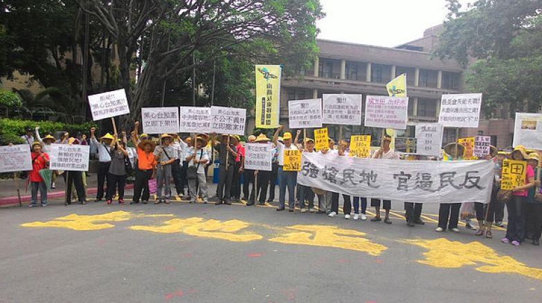 圖片說明/台灣農村陣線與竹北璞玉居民赴行政院前抗議,並用稻穀排出土地正義,訴求立即停止「台知園區」徵收開發案,避免成為第二個大埔事件翻版。