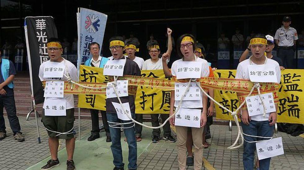 圖片說明/聲援華光社區迫遷案的五位被告、華光居民自救會,控訴法務部濫用司法,打壓集會自由。
