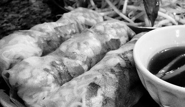 圖片說明/老闆娘小微的絕活——越南春捲,搭配老闆娘用魚露特製的獨門醬汁,美味十足!