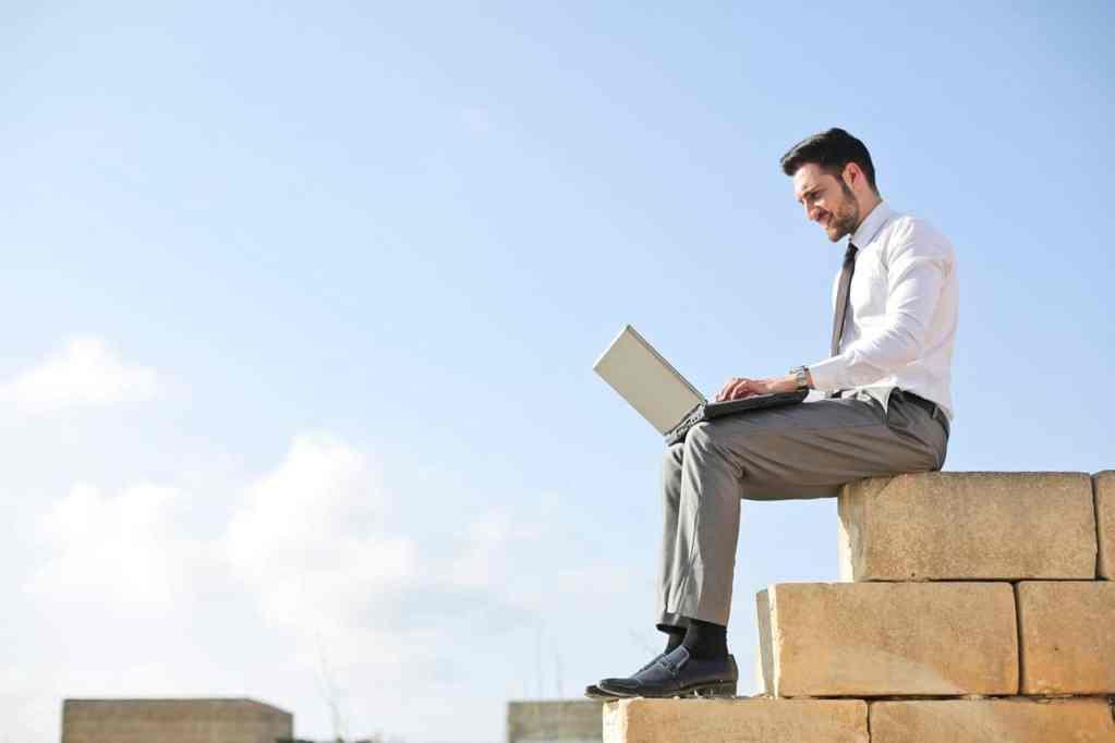 7 Writing Hacks to Create a Winning LinkedIn Profile Description