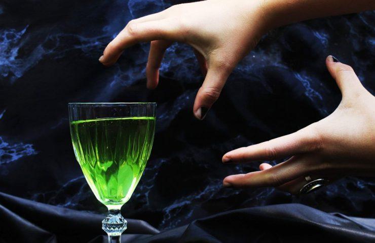 lettersbeads-diy-cocktails-halloween-evil-queens-potion-hand1