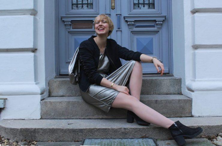 lettersandbeads-fashion-outfit-sportlich-ins-neue-jahr-sitzen-lachen