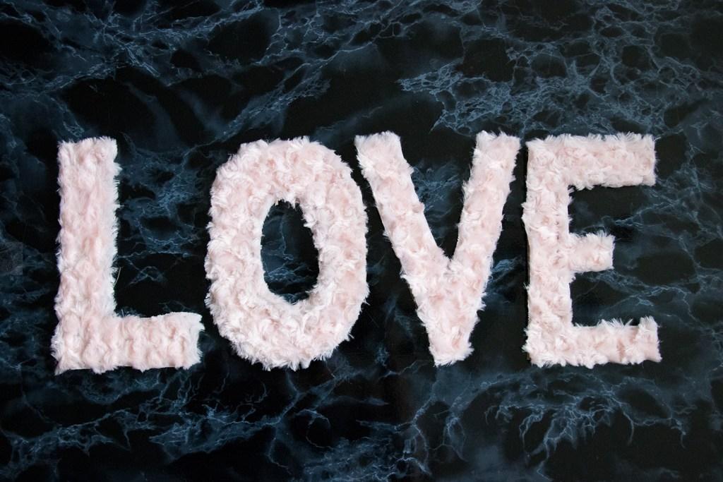 letters_and_beads_diy_valentinstag_deko_plueschbuchstaben_fertig