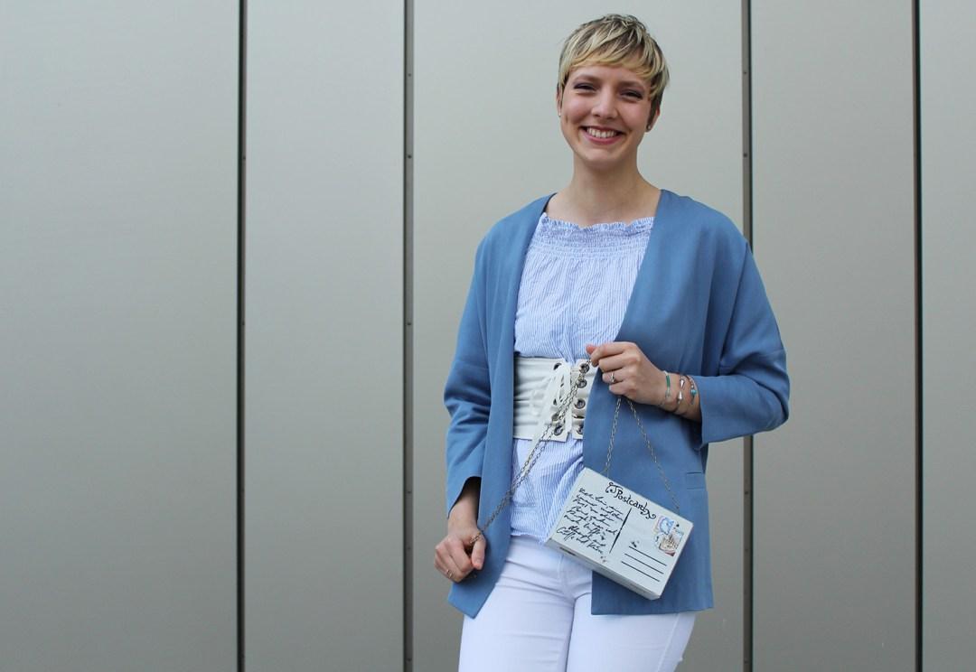 letters beads-fashion-weiße jeans-ganz-ohne-schwarz-sommerlook-gürtel-silber-loafers-tasche-close