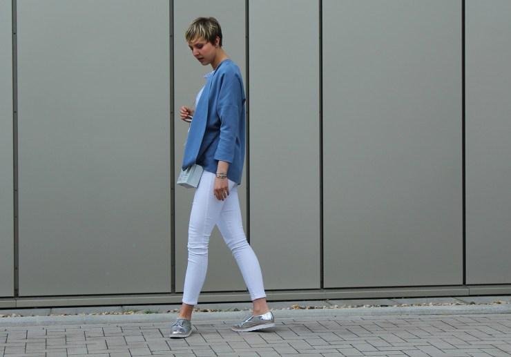 letters beads-fashion-weiße jeans-ganz-ohne-schwarz-sommerlook-profil