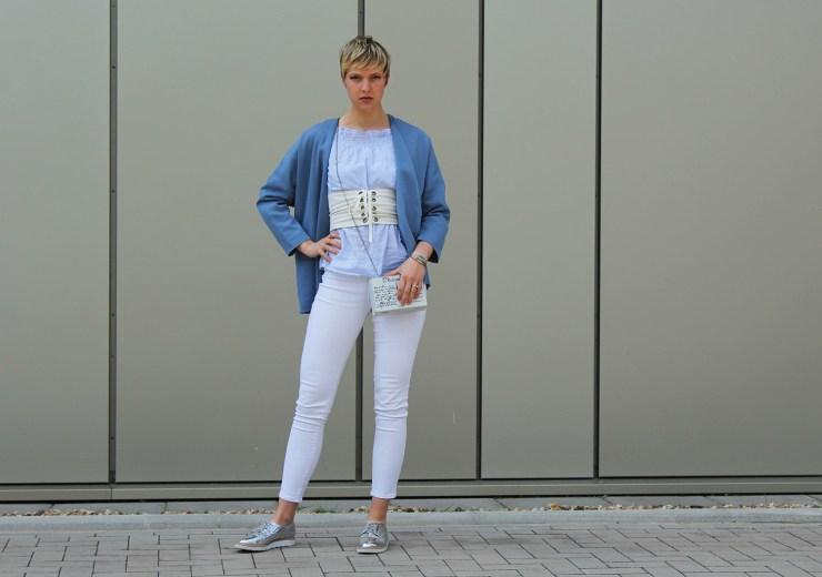 letters beads-fashion-weiße jeans-ganz-ohne-schwarz-sommerlook