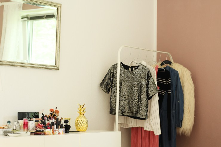 letters-beads-diy-interior-zimmer renovieren-streichen-alpina-alpinaweiß-freund-deckkraft-anstrich-schlafzimmer-akzent-farbe-fertig-kosmetik-tisch