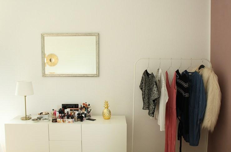 letters-beads-diy-interior-zimmer renovieren-streichen-alpina-alpinaweiß-freund-deckkraft-anstrich-schlafzimmer-schminktisch-outfits-weiße-wand