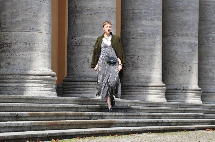 letters-beads-fashion-samtkleid-furore-mantel-herbstlich-blick-treppen-herrschaftlich-aufmerksamkeit-mode