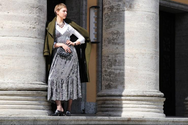letters-beads-fashion-samtkleid-furore-mantel-herbstlich-blick-treppen-herrschaftlich