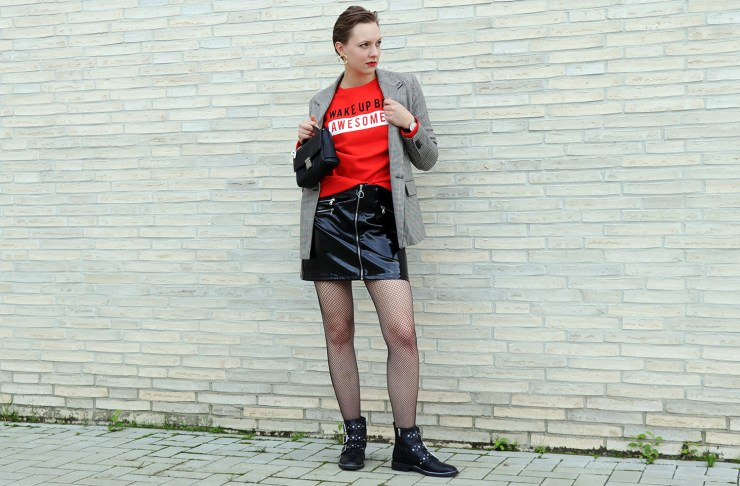 letters-and-beads-fashion-garderoben-update-punk-chic-statement-pullover-vinyl-skirt-vichy-karo-glamour-boots