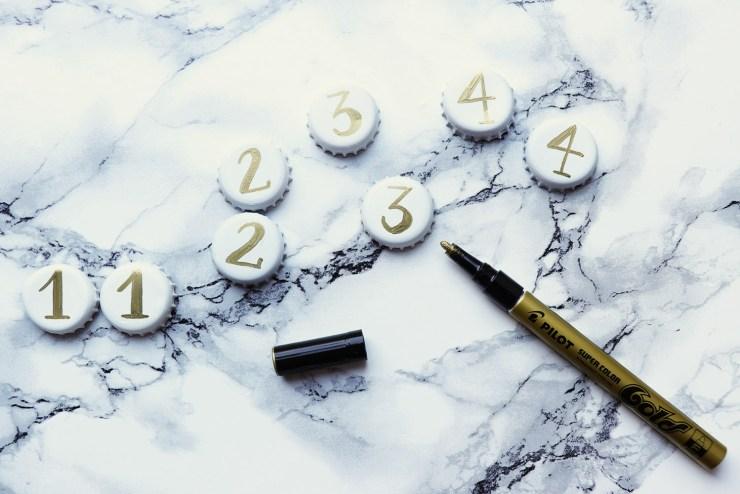 letters-and-beads-diy-weihnachtliche-kronkorken-anhänger-pilot-lackmarker-super-color-gold-nummeriert-adventskalender-adventskranz1