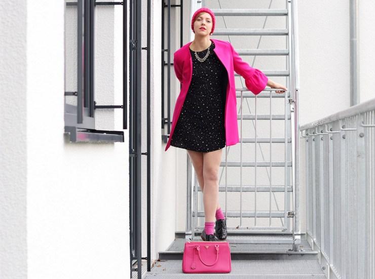 letters-and-beads-fashion-meine-rosarote-brille-geländer-haus-pinker-mantel-zara-prada-handtasche