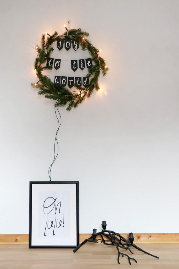 letters-and-beads-diy-deko-spruchreif-weihnachtskranz-mit-girlande-fähnchen-wimpel-fake-tanne-wickeln-heißklebe-pinterest