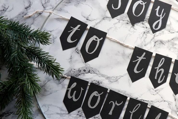 letters-and-beads-diy-deko-spruchreif-weihnachtskranz-mit-girlande-fähnchen-wimpel-fake-tanne-wickeln-heißklebe