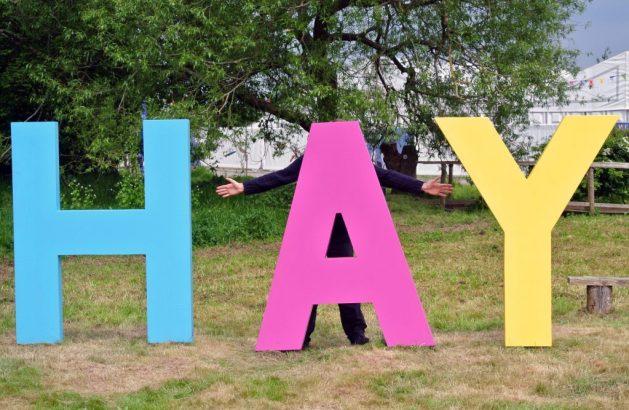 Hay-on-Wye paese dei libri del Galles: l'immancabile foto all'ingresso del festival