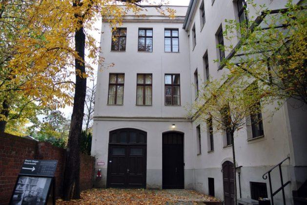 A Berlino nei luoghi di Bertold Brecht: Brecht-Weigel-Haus, cortile interno e ingresso