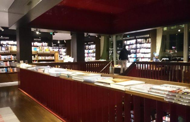 Dussmann: sezione dedicata ai libri in lingua inglese, secondo piano