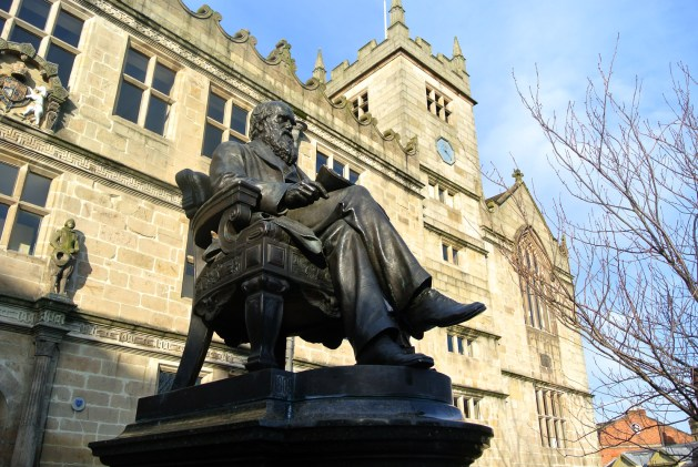 Shrewsbury, Inghilterra: biblioteca, statua di Darwin