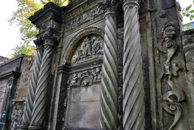 Edimburgo, cimitero di Greyfriars, particolare di una tomba