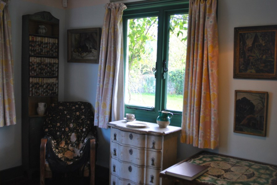 Monk's House, Rodmell, Virginia Woolf: camera della scrittrice, poltrona con scialle