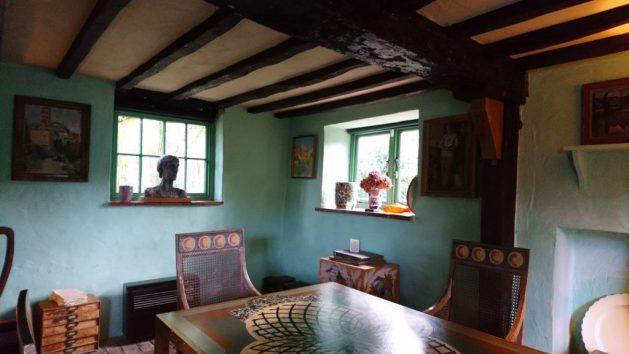 Monk's House, Rodmell, Virginia Woolf: salotto, particolare, busto della scrittrice
