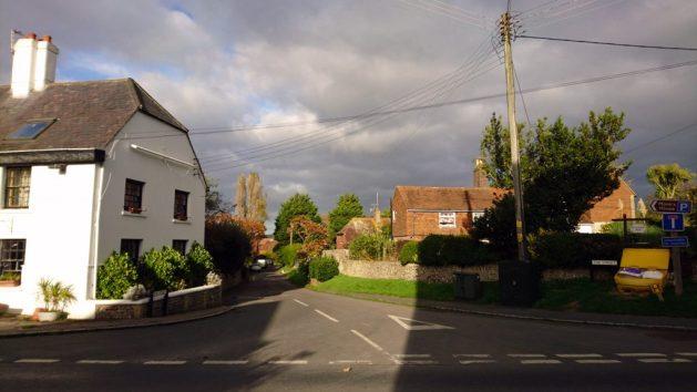 Rodmell: inizio di The street; l'edificio bianco è il pub del villaggio