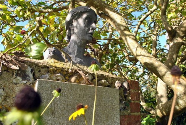 Monk's House, Rodmell, Virginia Woolf: lapide della scrittrice