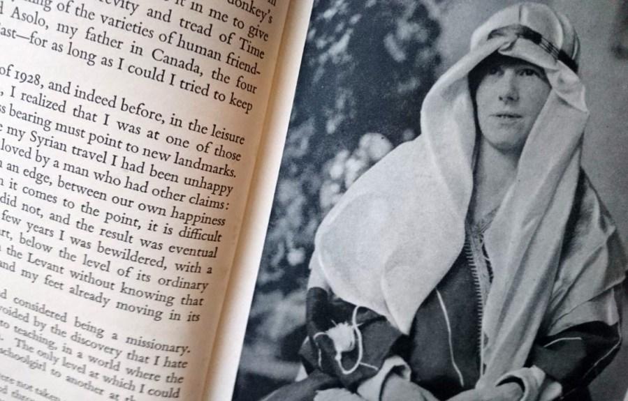 Freya Stark in abiti arabi