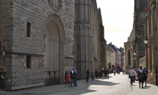 Viaggio letterario a Bruges, chiesa di Nostra Dame, strada