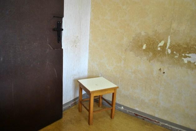 Sgabello in una stanza per interrogatori