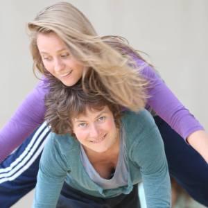 zwei Frauen tanzen kontakt
