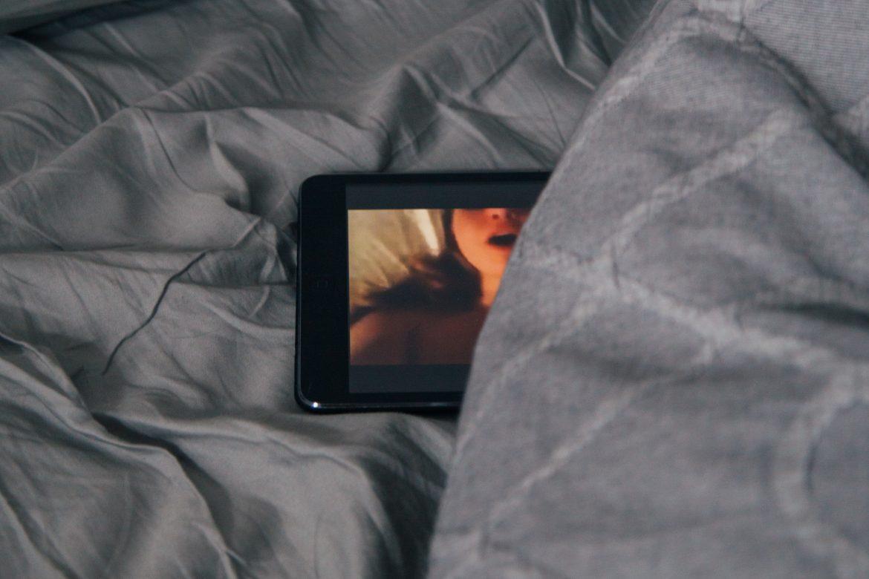 Nel deep web trovate tantissimi filmati porno amatoriali fatti in casa