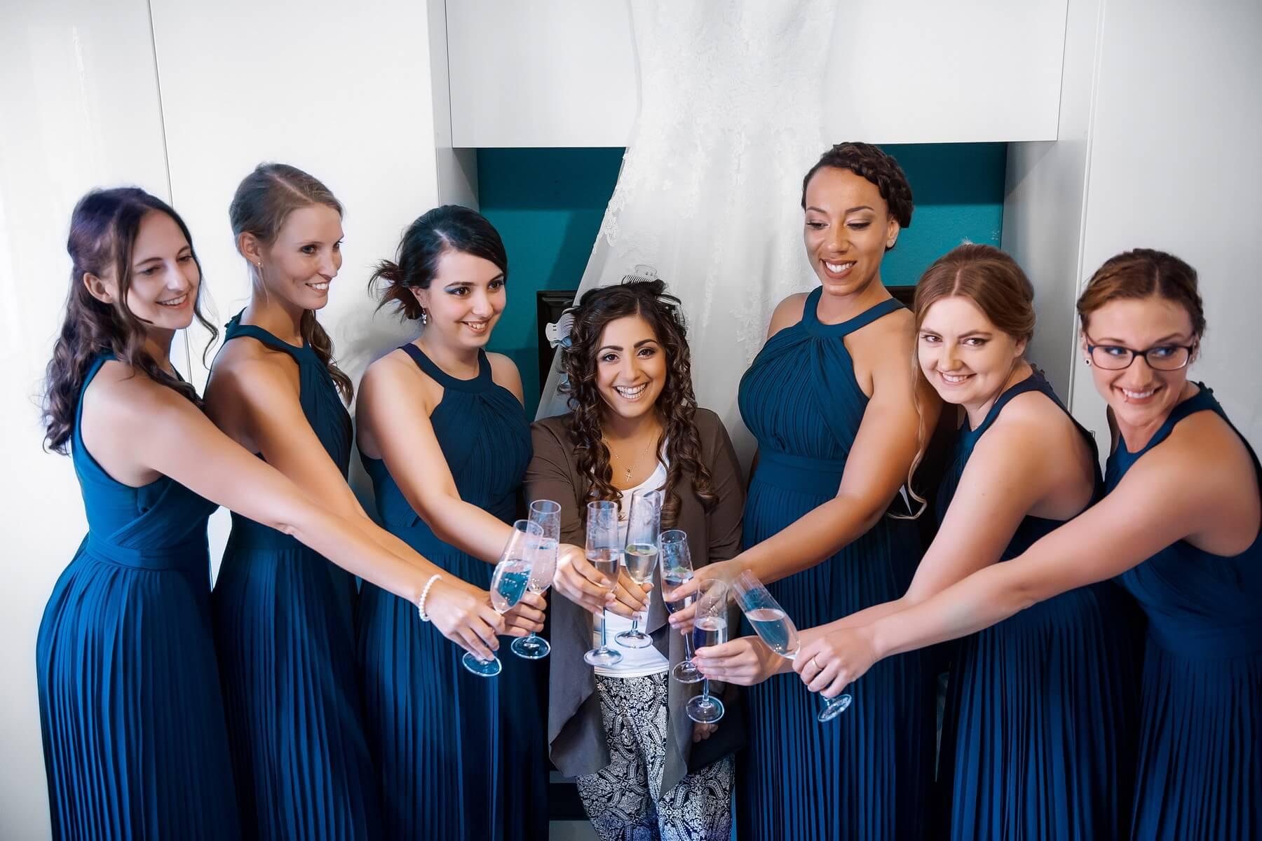 Fotograf-Frankfurt-Hochzeitsfotos-Brautjungfern-Prost-auf die Braut
