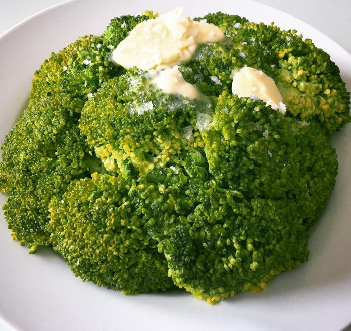 Dampet broccoli med smør og havsalt