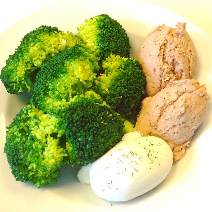 Tunmousse med broccoli og blødkogt æg