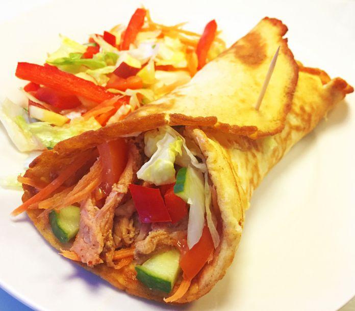 Low-Carb tortillawrap med mørbrad, pikantost og blandet salat